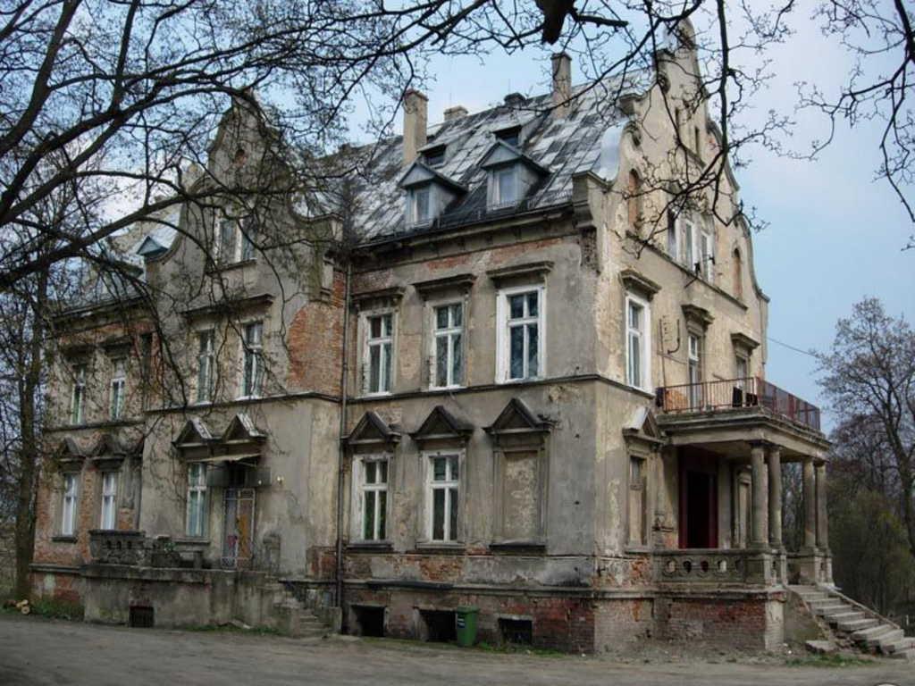Na zdjęciu widać budynek gminny, dawniej pałac, w którym są lokale mieszkalne oraz świetlica wiejska
