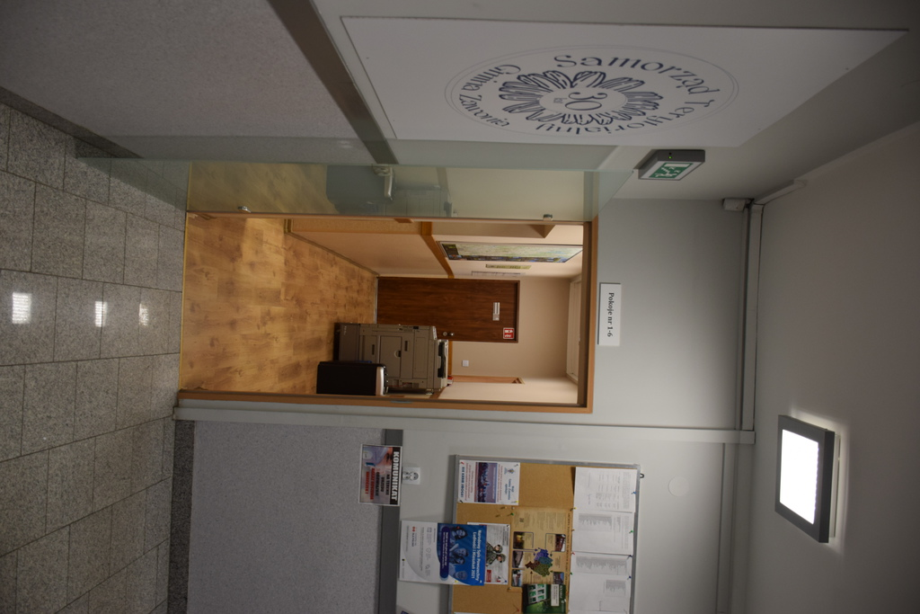 Widok ze schodów po wejściu na I piętro. Po lewej stronie są drzwi do sekretariatu