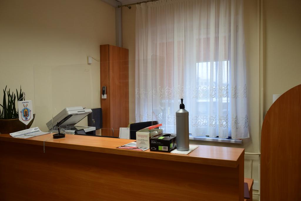 Widok na wnętrze sekretariatu. Na wprost widoczna lada.
