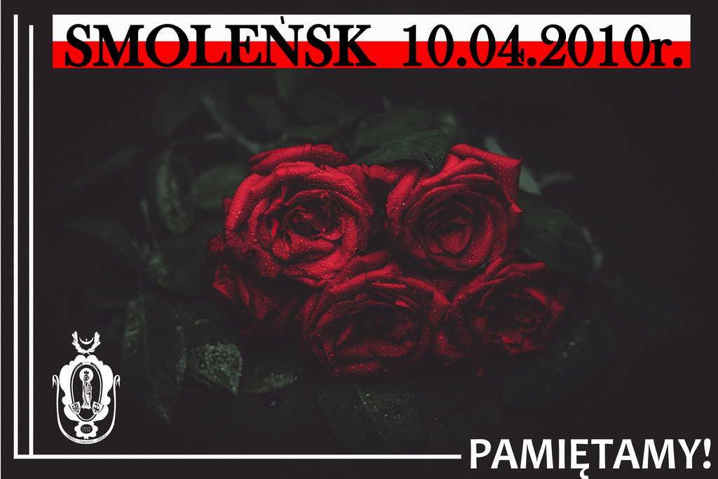 Plakat ma ciemno tło - na środku widać bordowe róże. U góry na biało-czerownej fladze umieszczone są napisy Smoleńsk 10.04.2010 r. Poniżej znajduje się czarno-biały herb gminny oraz napis: Pamiętamy!