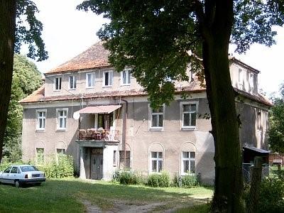 Na zdjęciu widać dwór wybudowany ok.1840r. piętrowy z mieszkalnym poddaszem