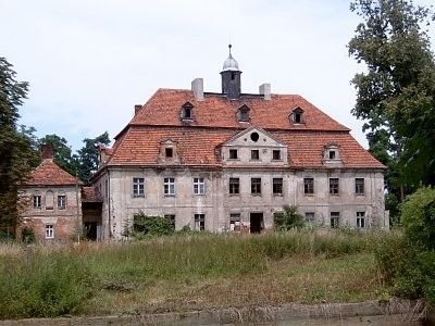 Na zdjęciu widać dwór barokowy z XVIII w.  Restaurowany w XIX i na pocz. XX w.