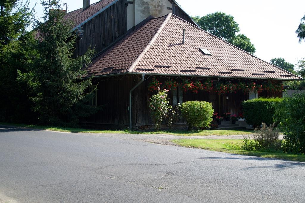 Widok na zabytkowy, drewniany dom w Tarnowcu