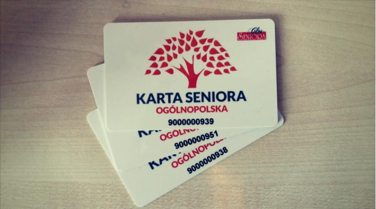 Na zdjęciu widać 3 sztuki Kart Seniora - zdjęcie poglądowe