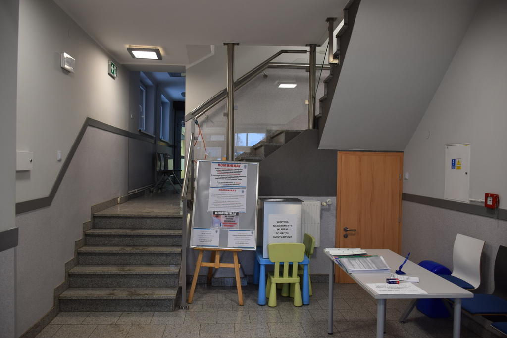 Na zdjęciu widać wnętrze holu Urzędu Gminy oraz schody prowadzące na I piętro