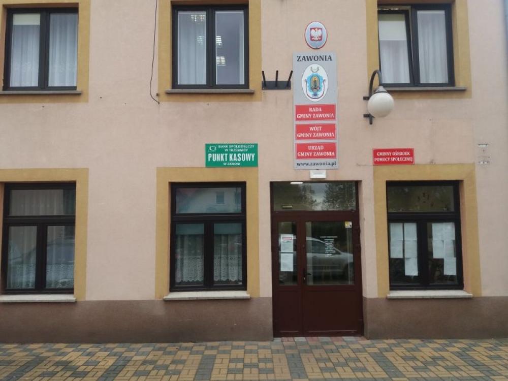Widok na drzwi wejściowe zewnętrzne do Urzędu Gminy Zawonia
