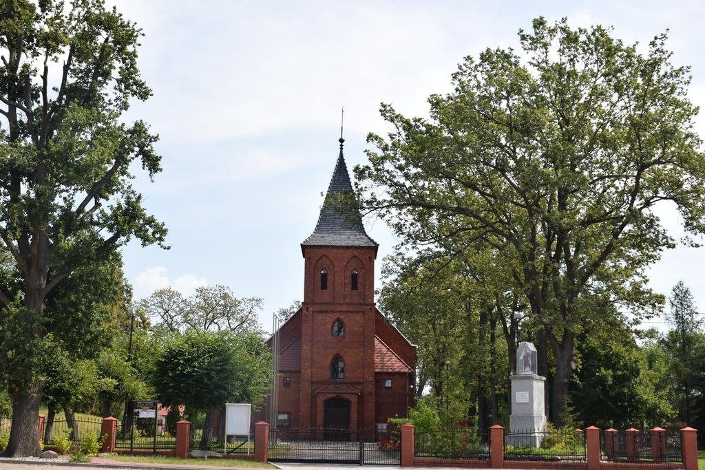 Na zdjęciu widać Kościół w Czeszowie wraz z kapliczką