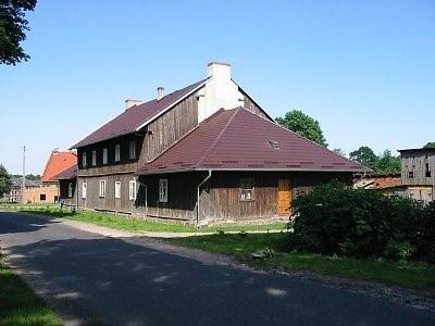 Na zdjęciu widać dom z XIX w. Szachulcowy, szalowany, piętrowy ze starą stolarką.
