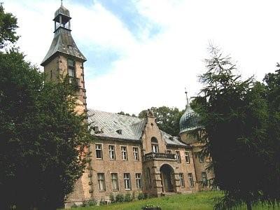 Na zdjęciu widać zespół dworski z pocz. XIX w. Rozbudowany w pocz. XX w.
