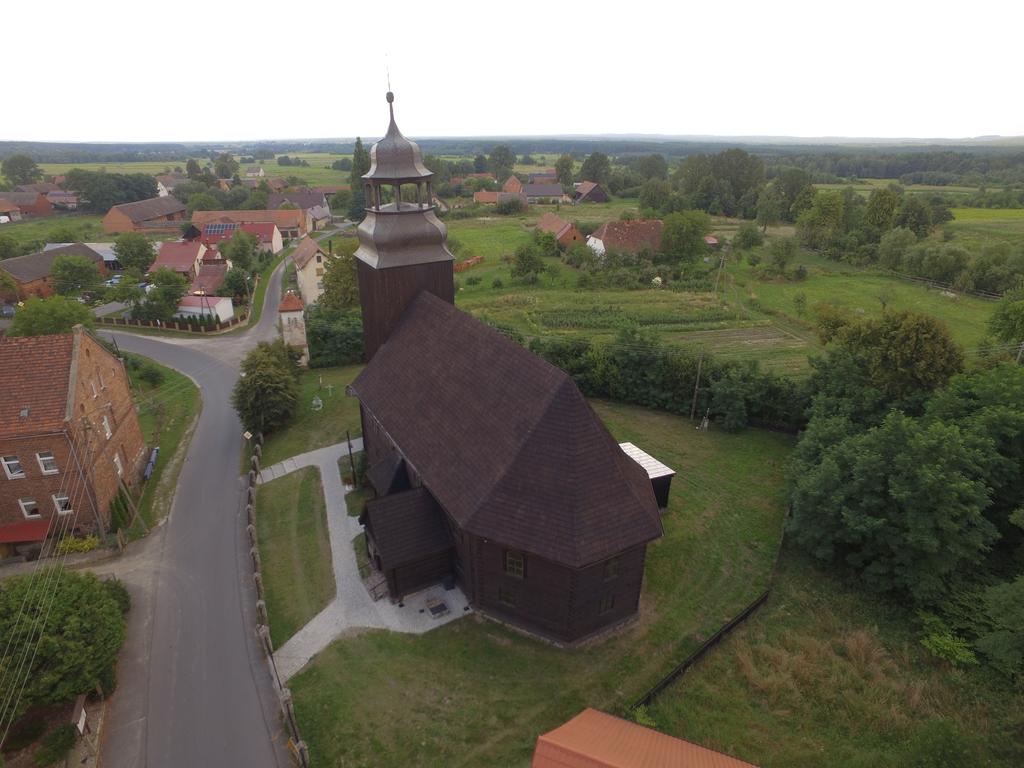 Widok na drewniany kościół w Złotowie
