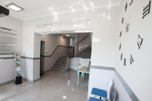 Na zdjęciu widać wnętrze holu urzędu gminy