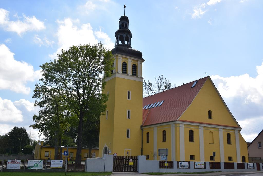 Na zdjęciu widać kościół poewangelicki, który przerobiony został na siedzibę Gminnego Ośrodka Kultury przy ul. Szkolnej 1 w Zawoni