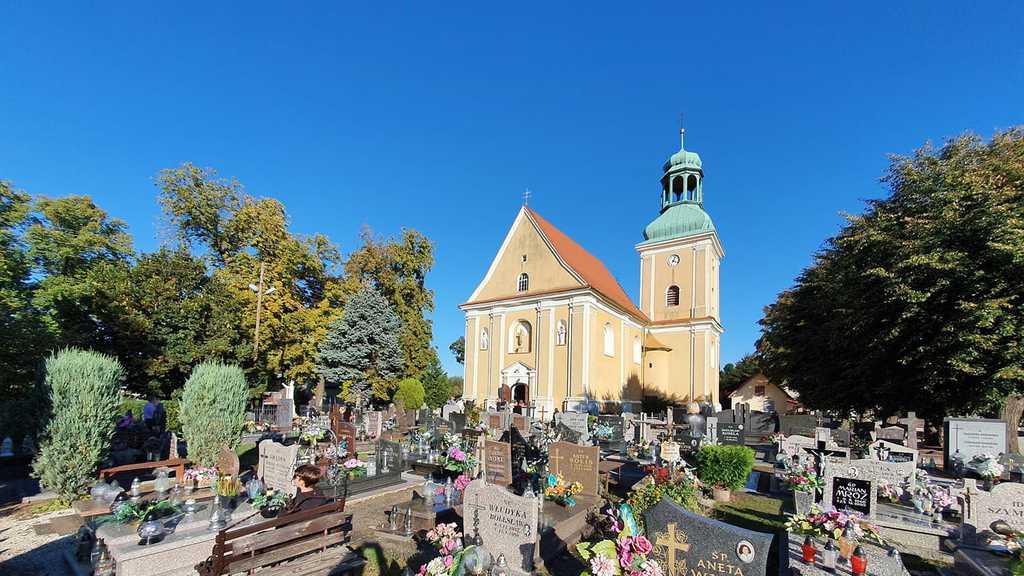 Zdjęcie przedstawia Kościół w Zawoni wraz z cmentarzem