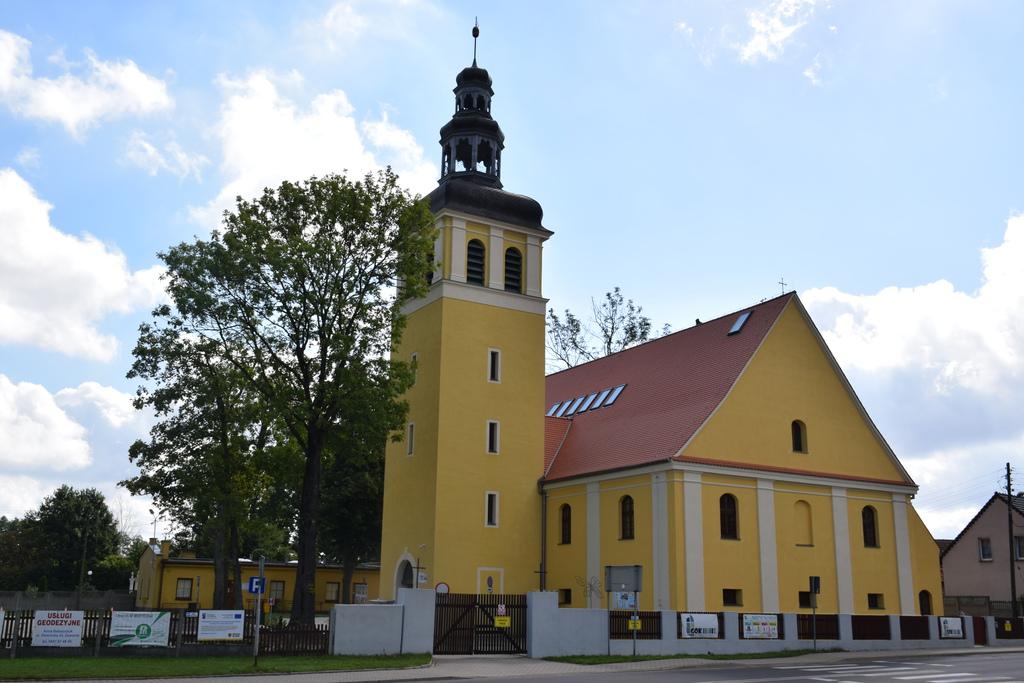 Na zdjęciu widać kościół poewangelicki, w którym obecnie znajduje się Gminny Ośrodek Kultury