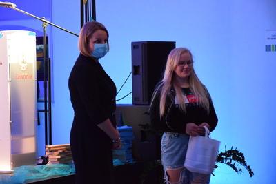Na zdjęciu widać, jak Pani Wójt wręcza gadżety dziewczynie, która jest uczennicą Zespołu Szkół w Zawoni i śpiewała na Gali piosenkę