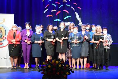 Na zdjęciu widać, jak na scenie zgromadzili się wszyscy nagrodzeni nauczyciele z Zespołu Szkół z Zawoni oraz Szkoły Podstawowej z Czeszowa wraz z Panią Wójt