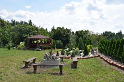 Na zdjęciu widać miejsce na ognisko wraz z ławeczkami oraz altankę w miejscowości Budczyce