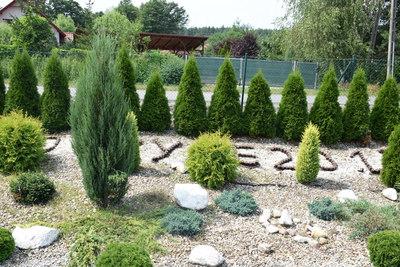 Na zdjęciu układ krzewów oraz ułożonych z kamieni napis w miejscowości Budczyce