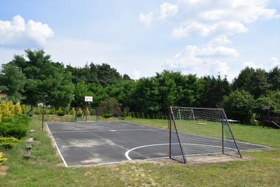 Na zdjęciu widać boisko do gry w nogę, kosza i siatkę w miejscowości Budczyce