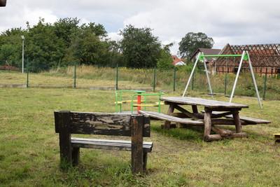 Na zdjęciu widać  plac zabaw wraz z ławeczką w miejscowości: Cielętniki