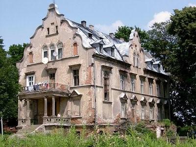 Na zdjęciu widoczny jest gminny budynek, dawny pałac w Głuchowie Dolnym, w którym mieszczą się lokale mieszkalne oraz świetlica wiejska