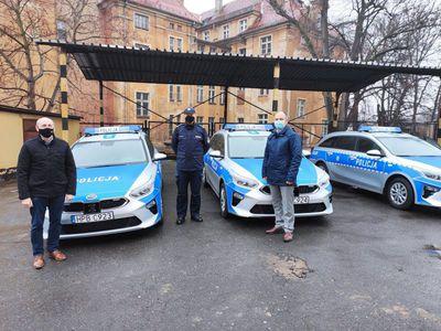Na zdjęciu widać trzy nowe samochody policyjne, przekazane za środków udzielone przez samorządy gminne i Starostwo Powiatowe