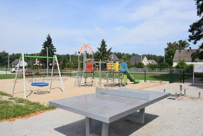 Na zdjęciu widać plac zabaw miejscowości: Czeszów - stół do pingponga
