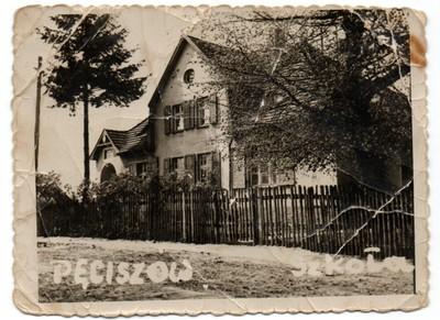 Zdjęcie ukazuje dawny budynek szkoły w Pęciszowie