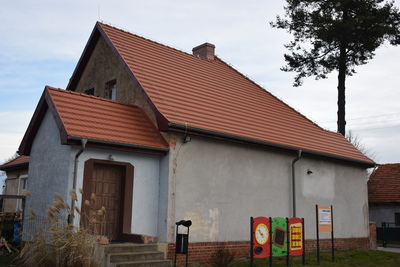 Zdjęcie ukazuje nowy dach budynku gminnego w Pęciszowie, w który znajdują się m.in. świetlica wiejska i lokale mieszkalne