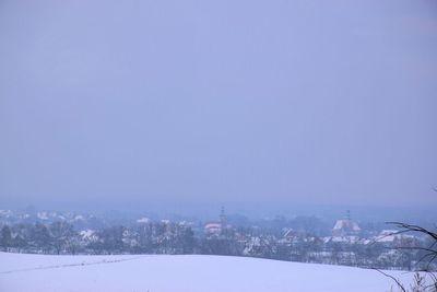 Na zdjęciu widać panoramę Zawoni z miejscowości Cielętniki, dokoła wszystko pokryte śniegiem
