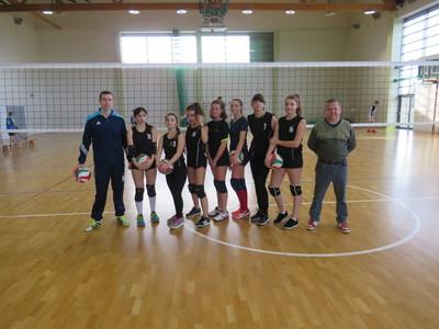 Na zdjęciu widać uczennice Szkoły Podstawowej z Czeszowa wraz z dwoma terenami. Uczennice brały udział w Mistrzostwach Gminy Zawonia w piłce siatkowej dziewcząt