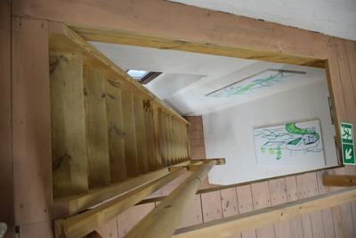 """Na zdjęciu widać schody prowadzące do """"Galerii po schodach"""" GOK-u"""
