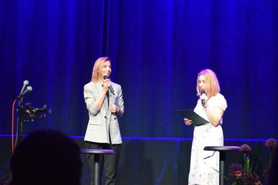 Na zdjęciu widać Dyrektorkę GOK-U Panią Agnieszkę Buczak i pracownika GOK-u Panią Kamilę Kruszonę.