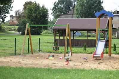 Na zdjęciu widać plac zabaw i altankę w miejscowości: Miłonowice