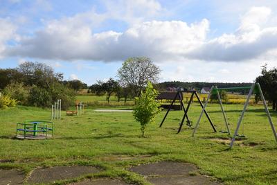 Na zdjęciu widać plac zabaw w miejscowości: Niedary