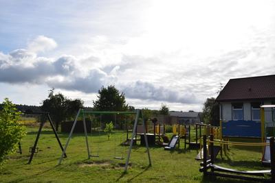 Na zdjęciu widać plac zabaw i świetlicę wiejską w miejscowości: Niedary