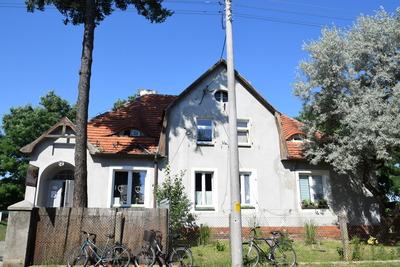 Na zdjęciu widać budynek gminny, w którym mieści się m.in. świetlica wiejska i lokale mieszkalne w miejscowości: Pęciszów