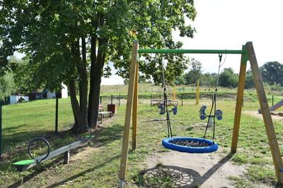Na zdjęciu widać plac zabaw w miejscowości: Sędzice