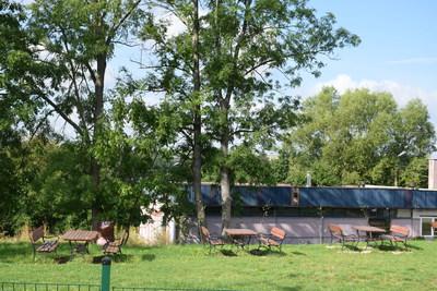 Na zdjęciu widać ławeczki i stoły w miejscowości: Sędzice