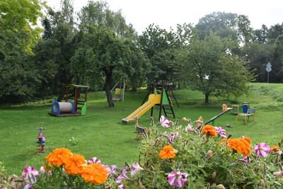 Na zdjęciu widać plac zabaw w miejscowości: Skotniki