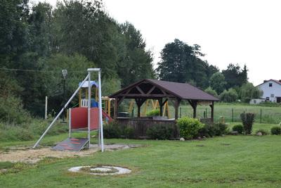 Na zdjęciu widać plac zabaw wraz z altanką w miejscowości: Sucha Wielka