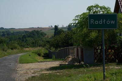 Widok na znak z miejscowością Radłów oraz drogę