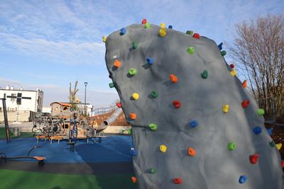 Na zdjęciu widoczny jest element Zielonej Strefy Aktywności, która znajduje się w Zawoni przy ulicy Zielonej - ścianka wspinaczkowa