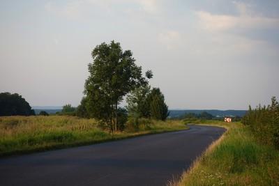 Na zdjęciu widać drogę prowadzącą ze Skotnik do Tarnowca oraz łąki i pola uprawne w tle