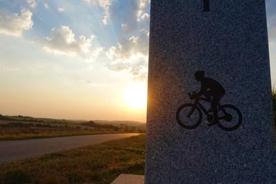 Na zdjęciu widać pomnik: Przełęcz Prababka 223 m.n.p.m. - symbol roweru