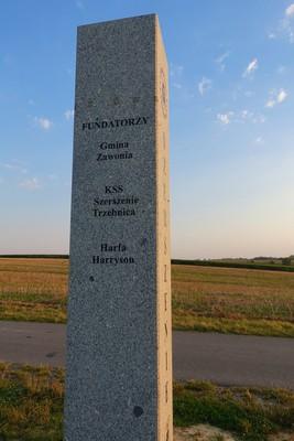 Na zdjęciu widać pomnik: Przełęcz Prababka 223 m.n.p.m.
