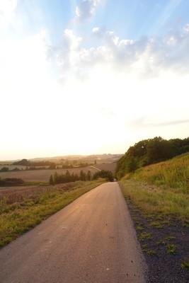 Na zdjęciu widać  zachód słońca w Gminie Zawonia oraz drogę gminną