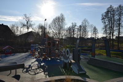 Na zdjęciu widoczny jest element Zielonej Strefy Aktywności, która znajduje się w Zawoni przy ulicy Zielonej - plac zabaw dla najmłodszych