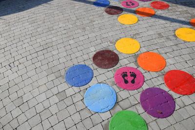 Na zdjęciu widoczny jest element Zielonej Strefy Aktywności, która znajduje się w Zawoni przy ulicy Zielonej. Są to gry i zabawy uliczne - kolorowe kółka