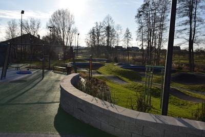 Na zdjęciu widoczny jest element Zielonej Strefy Aktywności, która znajduje się w Zawoni przy ulicy Zielonej - plac zabaw i zielony skwer